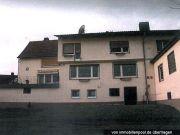 Titelbild Zwangsversteigerung Mehrfamilienhaus, Wiese, Straße