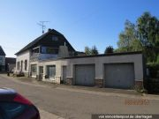 Titelbild Zwangsversteigerung Einfamilienhaus, Garagen, Ladenlokal, Wiese