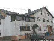 Titelbild Zwangsversteigerung Mehrfamilienhaus und Grundstück