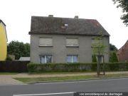 Titelbild Zwangsversteigerung Zweifamilienhaus mit Nebenanlagen