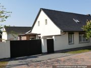 Titelbild Zwangsversteigerung Einfamilienhaus und Grünfläche
