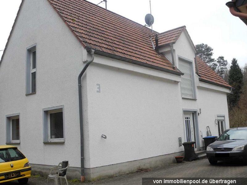 Titelbild Zwangsversteigerung Einfamilienhaus und Grünland