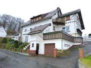Titelbild Zwangsversteigerung Zweifamilienhaus, zwei unbebaute Grundstücke