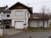 Einfamilienhaus mit Garagen