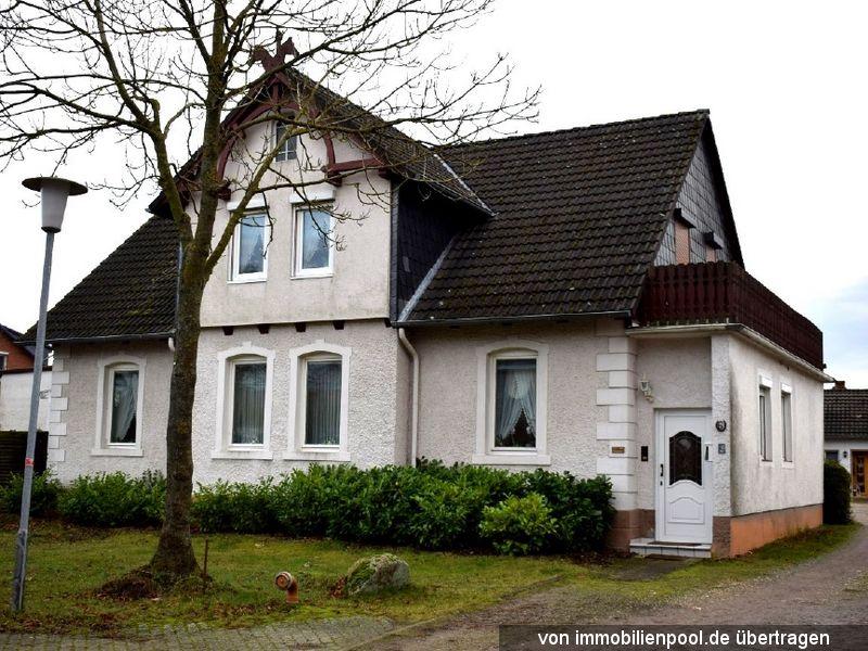 Titelbild Zwangsversteigerung Einfamilienhaus mit Nebengebäuden und Wegefläche